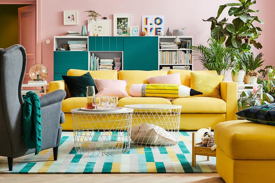 cojines para sofa y sillón amarillo, escabel y butaca gris