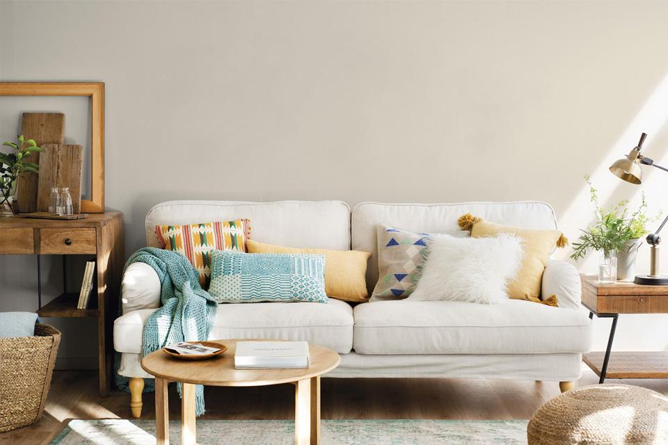 Cojines para sofá blanco a juego de la decoración del salón