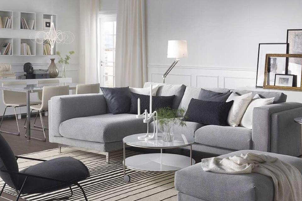 Cojines en un sofá gris en butaca a juego